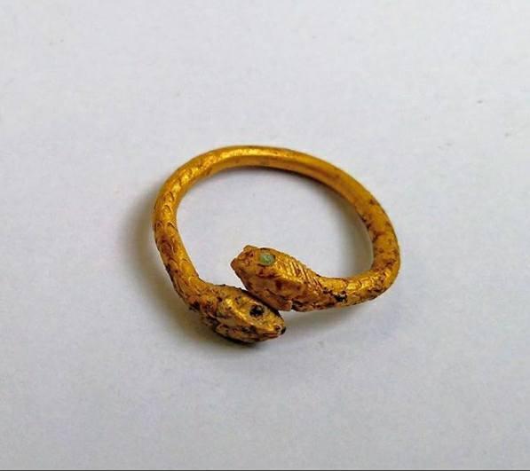 1-10. Золотое кольцо со змеиными головками найденное при раскопках у Стабианских ворот.jpg